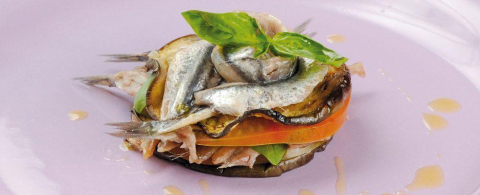 Sandwich di alici con pomodori e melanzane, un piatto fresco e colorato