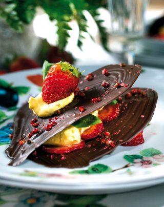 Sfoglie di cioccolato fondente con chantilly al basilico e fragole flambé, la variante golosa di una millefoglie