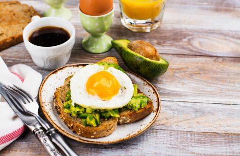 Il toast con avocado e uovo per uno spuntino nutriente