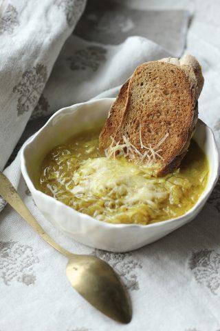 Zuppa di cipolla con formaggio e pane tostato: con il bimby