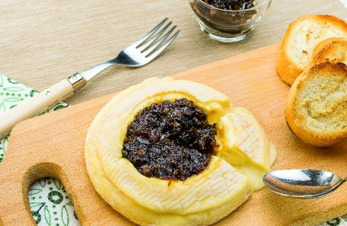 Camembert fondant con crostini di baguette croccanti