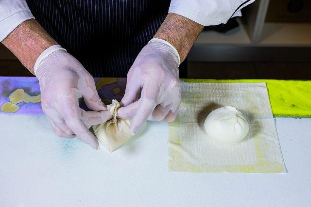 cartoccio-di-burratina-con-vellutata-di-pomodoro-basilico-e-melanzana-a1841-4