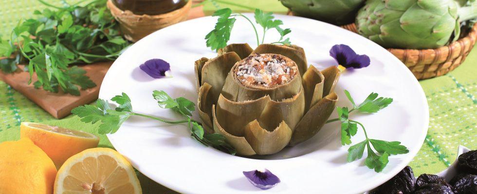 Fiore di carciofo con pane casereccio e prugne, un antipasto bello e gustoso