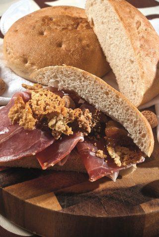 Focaccia con prosciutto di maiale nero di Calabria, confettura di pesche e amaretti e cialda di pecorino crotonese, un gustoso pranzo al volo
