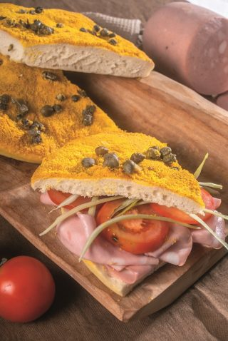 Focaccia gialla con curcuma e capperi, mortadella e puntarelle, un primo veloce e saporito