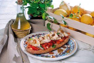 Fresella con millefoglie di alici e pomodorini, un antipasto fresco e saporito