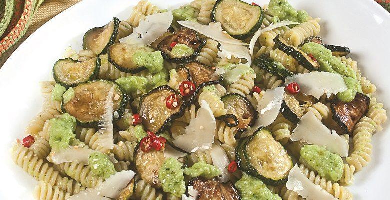Fusilli corti con zucchine e basilico, un primo piatto estivo e saporito