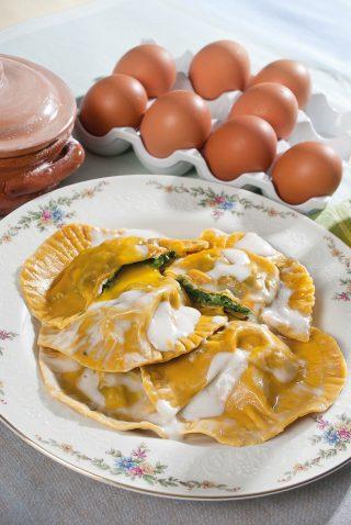Girasoli di pasta con uova, spinaci e ricotta, un primo piatto raffinato dal morbido ripieno