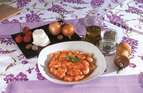 Gnocchetti di ricotta con pomodoro e mozzarella, un primo piatto partenopeo saporito