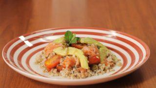 Insalata di farro, salmone e avocado: per l'estate