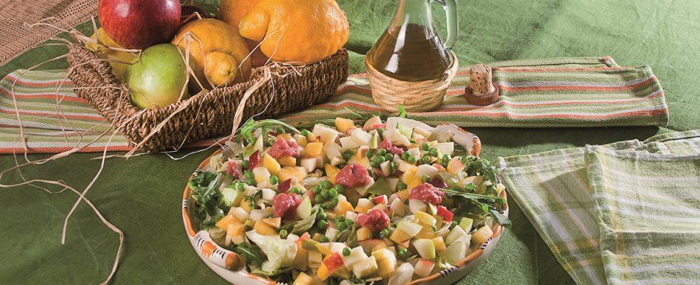 Insalata di mele e lattuga, un secondo fresco e gustoso