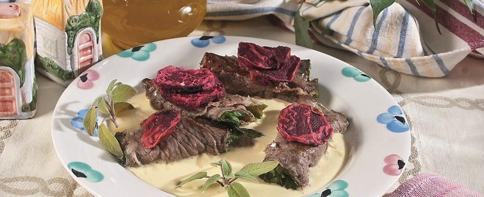Involtini di carne con cappuccina e tomino, un secondo elaborato e saporito