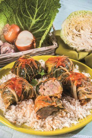 Involtini di cavolo con riso pilaf, un piatto unico dall'aspetto esotico