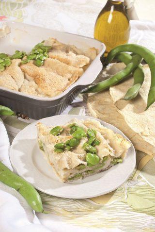 Lasagne di pane carasau con fave e pecorino, un primo piatto vegetariano sfizioso