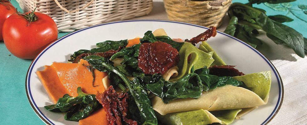 Mandilli con spinaci, pomodori e robiola, un primo piatto fantasioso e colorato