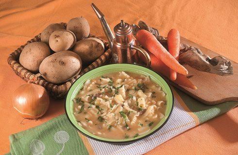 Minestra di pasta patate e provola, un primo napoletano caldo e sostanzioso