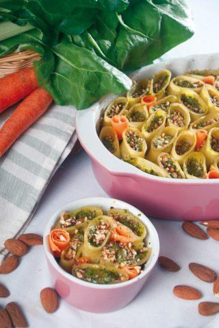Paccheri ripieni di bietole, caprino e carote con mandorle croccanti, un primo saporito e leggero