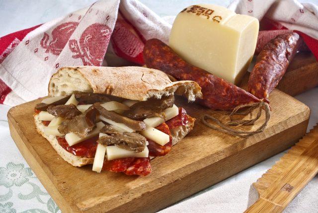 panino-con-caciocavallo-podolico-salsiccia-a-catena-di-cancellara-melanzane-e-liquirizia-in-polvere_a385