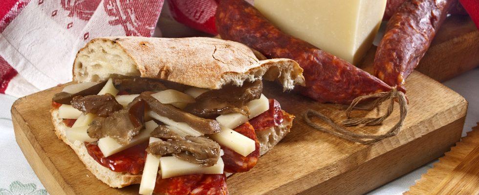 Panino con caciocavallo podolico, salsiccia a catena di Cancellara, melanzane e liquirizia in polvere, un panino coi sapori della vita rurale