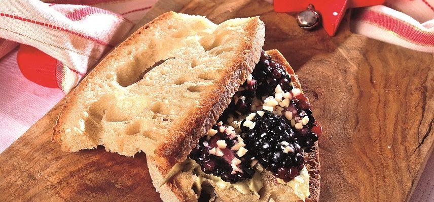 Panino con cioccolato bianco al pistacchio, more, mandorle e caffè, un dolce veloce e nutriente