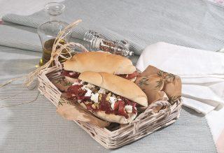 Panino con olive nocellara del Belice, bresaola, pomodori secchi, caprino fresco e semi di coriandolo, un piatto sostanzioso e appetitoso