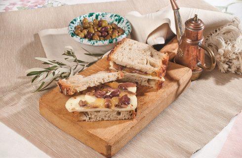 Panino con olive taggiasche, scamorza di bufala, acciughe e marmellata di chinotto, un piatto dall'equilibrio particolare
