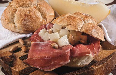 Panino con prosciutto di maiale nero di Calabria, melone bianco invernale e mandorle tostate, un piatto calabrese