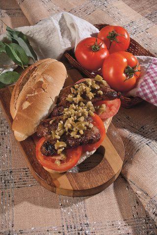 Panino con salsiccia di Bra, pomodoro, acciughe, capperi e olive nocellara del Belice, un piatto sostanzioso e veloce