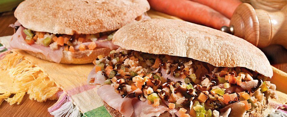Panino con spalla cotta, crema di fagioli risina di Spello, trito di verdure saltate e aceto balsamico, un piatto raffinato e veloce