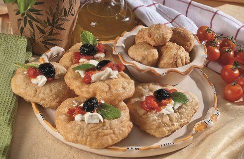 Pettole fritte facili con burrata e salsa di pomodoro, un antipasto della cucina pugliese