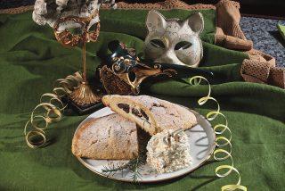 Pinza con ripieno di ricotta e prugne, un dolce emiliano di Carnevale
