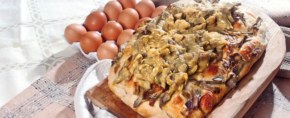 Pizza ai carciofi, uovo e pecorino, un piatto completo e saporito