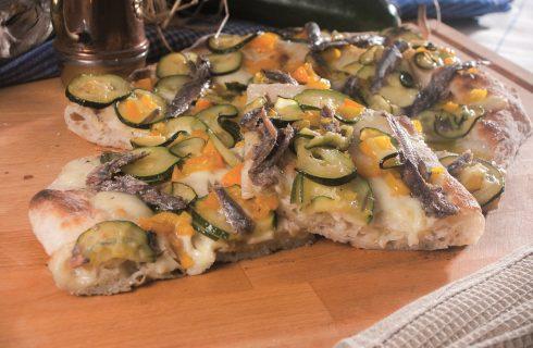 Pizza con alici, zucchine e peperoni, una pizza dai sapori estivi e intensi