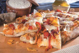 Pizza con peperoni e ragusano, una pizza vegetariana e saporita