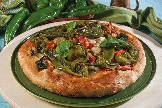 Pizza con peperoni, pacchetelle di San Marzano e provola di bufala affumicata, una pizza coi sapori della Campania