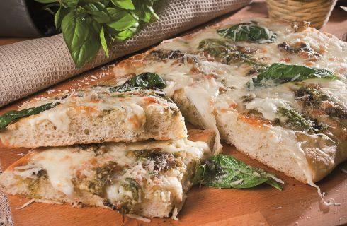 Pizza con pesto fresco, basilico e formaggi, una pizza vegetariana leggera e saporita