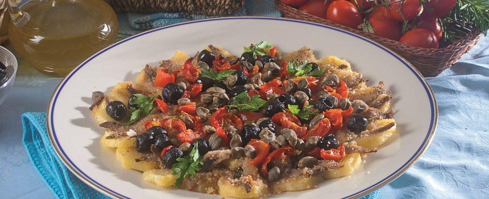 Pizza di patate con alici, pomodori e olive, un piatto saporito e leggero