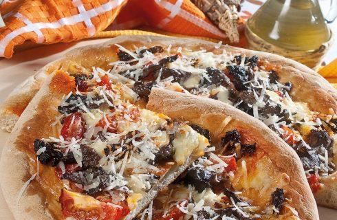 Pizza n'duja di Spilinga, pomodorini ciliegini neri, funghi pioppini e cacioricotta
