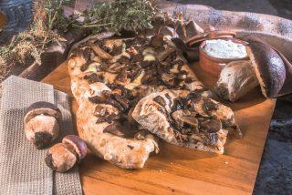Pizza rovesciata con funghi porcini e toma, una pizza dai sapori autunnali