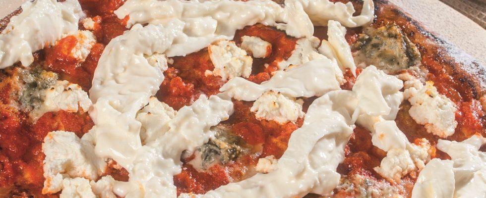 Pizza ai quattro latti e pomodoro, una pizza che celebra i formaggi italiani