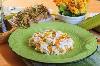 Pollo alla crema di yogurt e zucchine fritte, un secondo facile e gustoso
