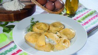 Ravioli di bufala con burro montato al timo, un primo piatto dal sapore delicato