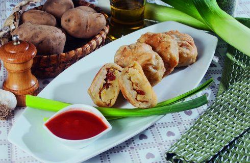Ravioli dorati croccanti con salsa di pomodoro, un primo delizioso