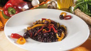 Riso nero con peperoni e olive taggiasche, un primo vegetariano estivo e saporito