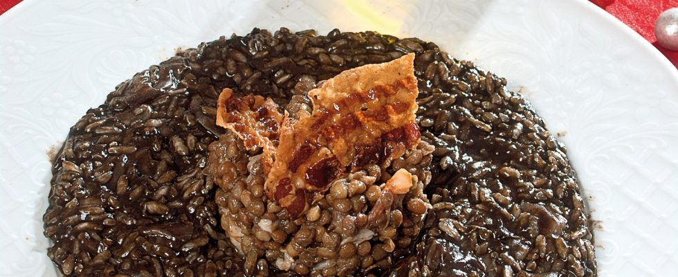 Risotto al nero di seppia e pancetta, un primo scenografico e delizioso