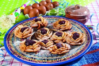 Roselline con confettura di ciliegie, dolcetti fritti fragranti e deliziosi