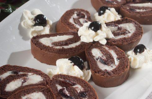 Rotolo al cacao con crema al latte e amarene, un dolce morbido