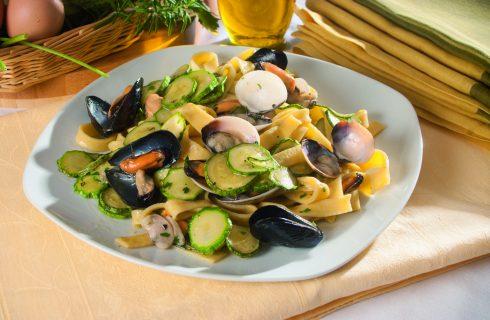 Scialatielli ai frutti di mare e zucchine, un primo estivo dalla cucina napoletana