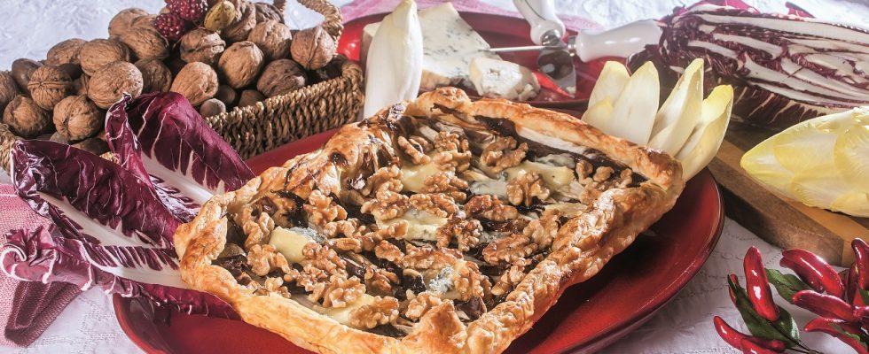Torta sfogliata con radicchio, indivia e gorgonzola, un antipasto gustoso e nutriente