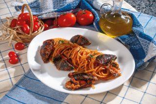 Spaghetti con cozze ripiene al sugo di pomodoro, un primo piatto sfizioso